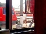 Девушка садится в поезд